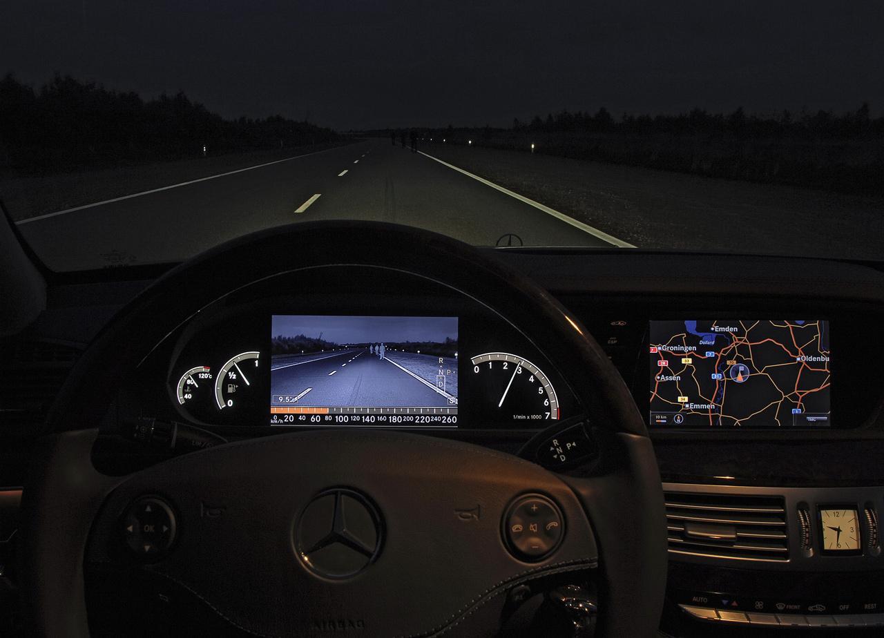 A videoérzékelők segítségével lépésről lépésre az automatizált vezetés is valósággá válik. Ez a 200-es kísérleti jármű a gyalogosokat éjszaka is felismerő rendszer egyik korai példánya.