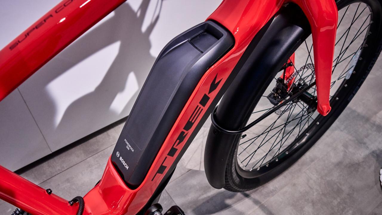 A Powerpack 500 akkumulátorcsomag akár 100 kilométer hatótávolságot biztosít egy túrabiciklinek, és az új gyorstöltővel egy óra alatt fele kapacitásra tölthető