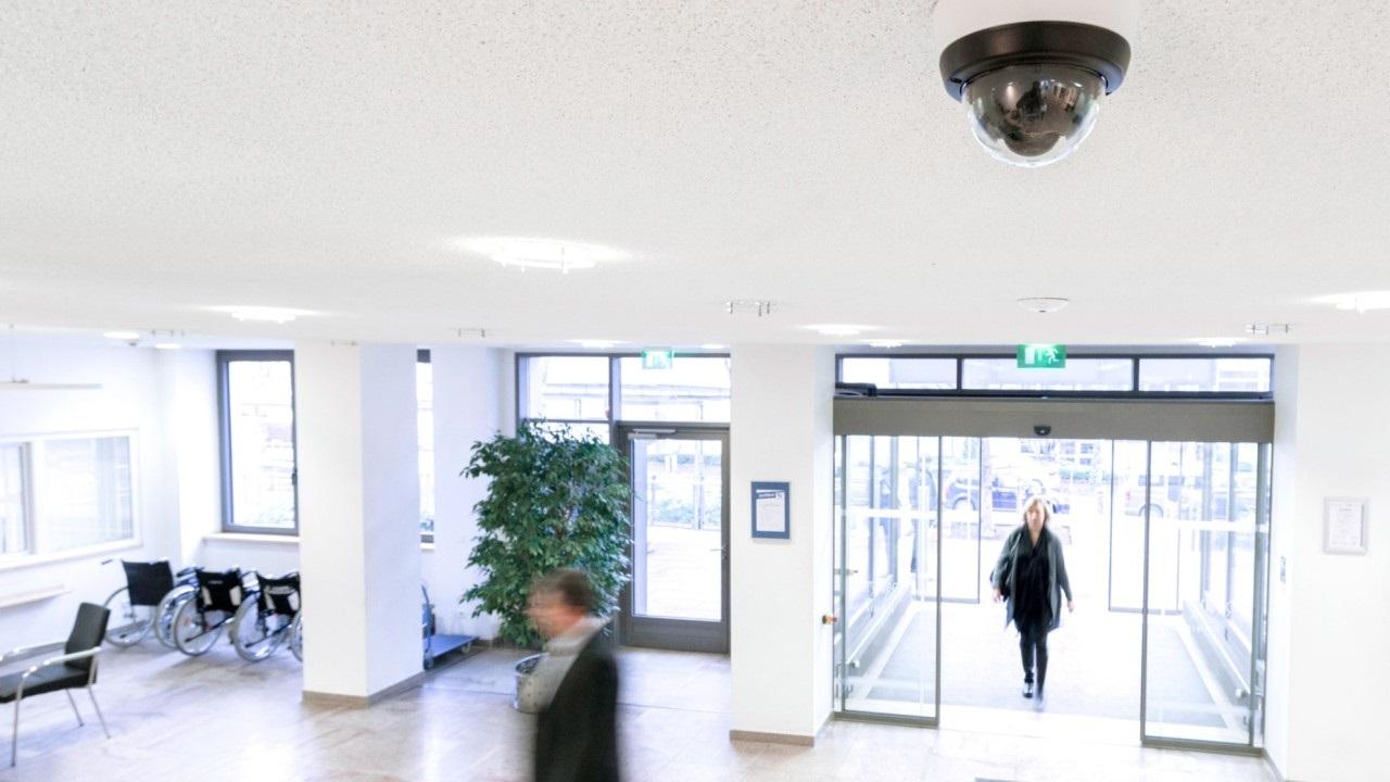 A kamera által rögzített képet egy külön, elzárt szobában ellenőrzik a biztonságiak.