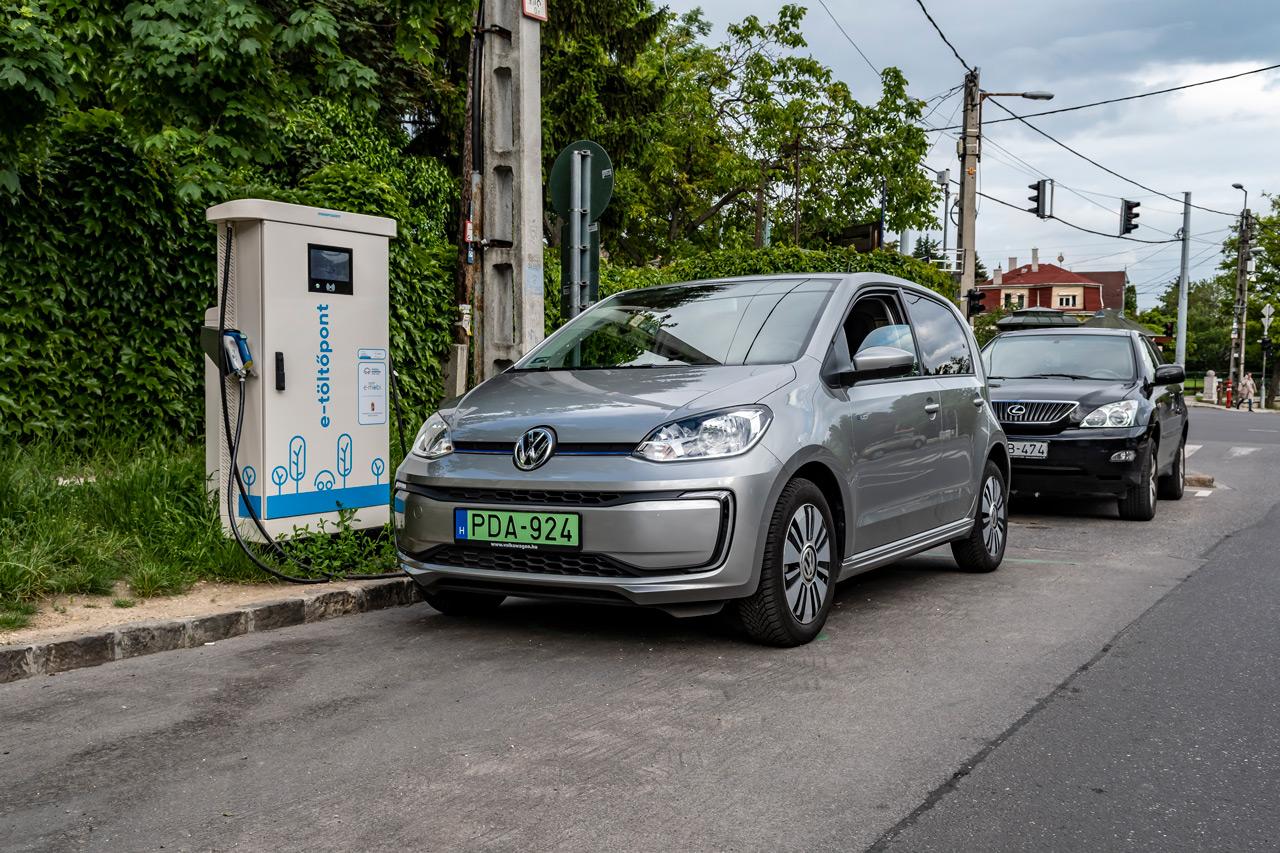 Aki elektromos autót használ, annak egyre gyakrabban kell azzal szembesülnie, hogy a kiszemelt töltő már foglalt