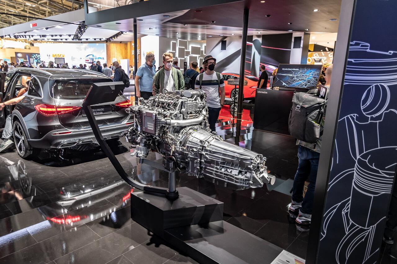 Az új belsőégésű motor bemutatója ritkább volt a kiállítási területen, mint a repülő autó és ez egyáltalán nem vicc…