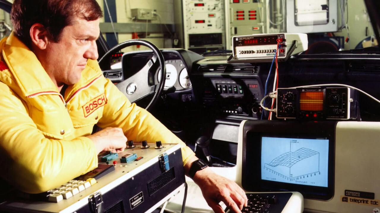 Szoftvereket már évtizedek óta találhatunk az autókban