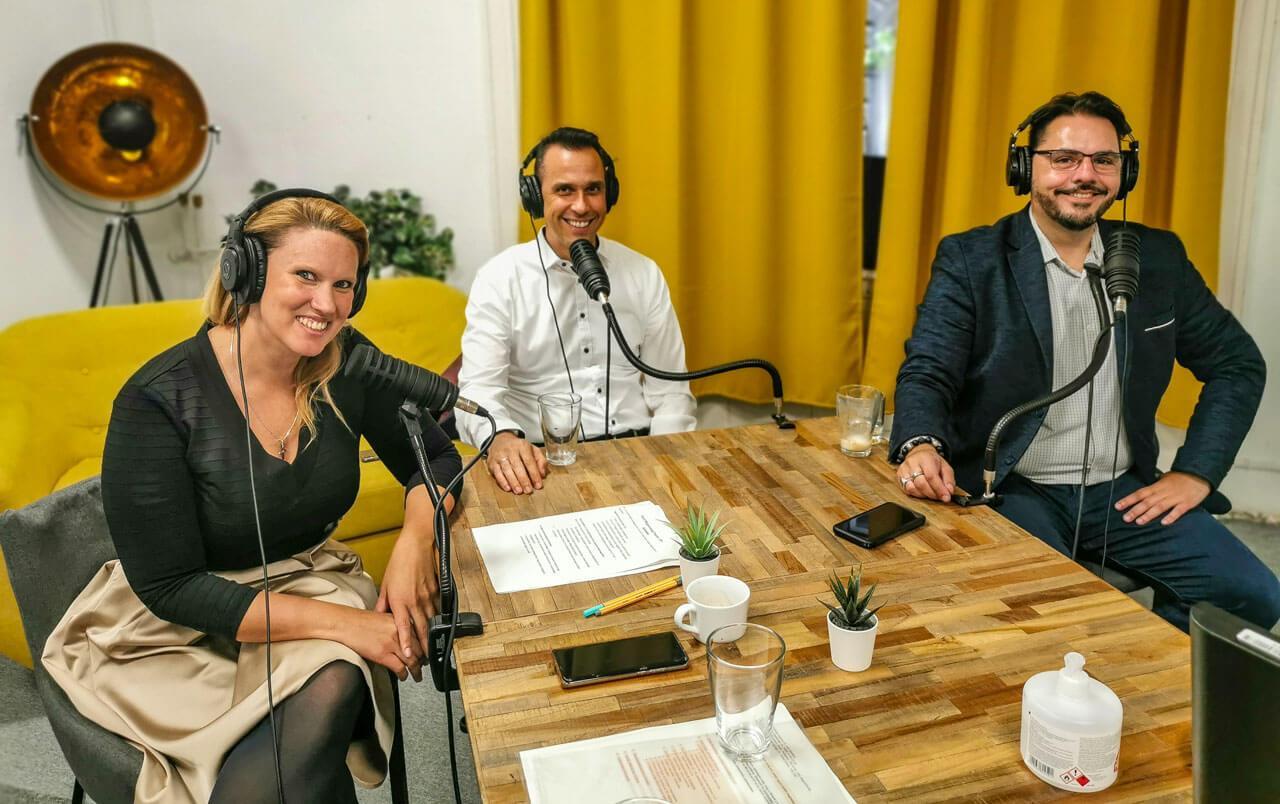 Az első adás műsorvezetője és vendégei (balról jobbra): Tóth Edit, dr. Szászi István és dr. Tilesch György