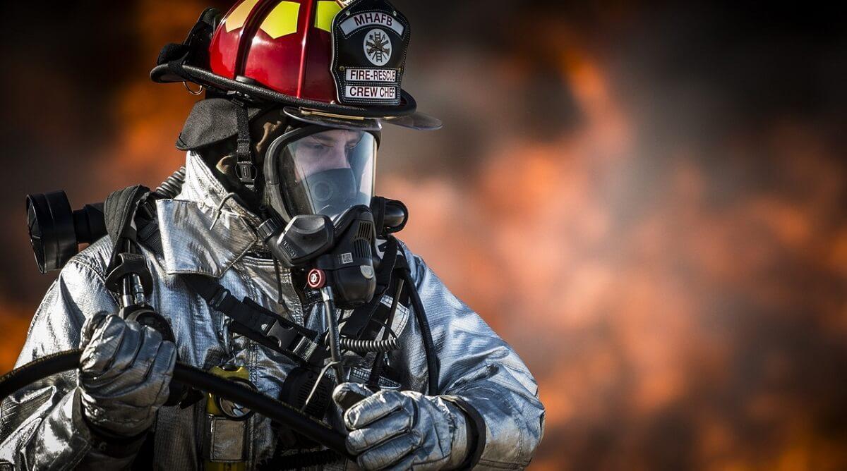 Füstben navigáló kesztyű és szelfiző dzseki