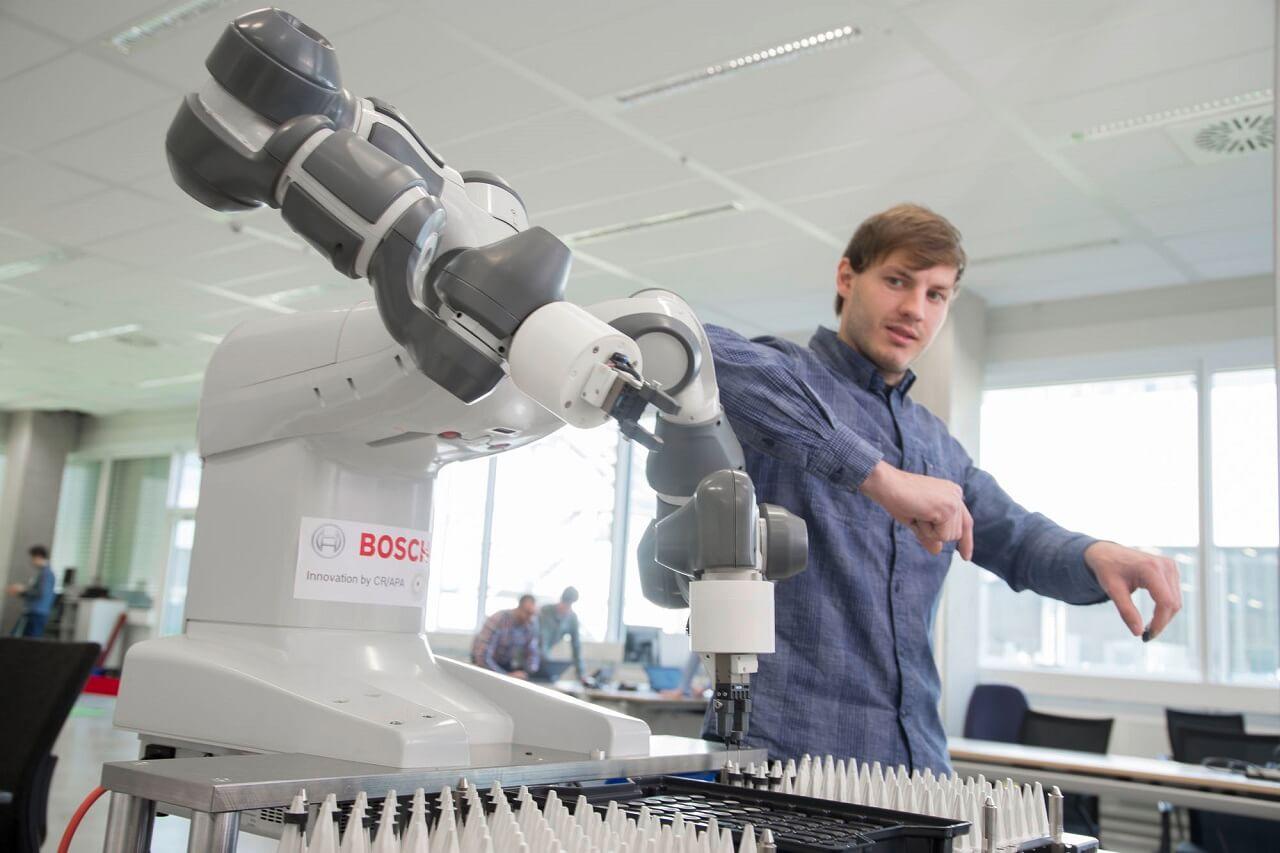Vezető IoT-vállalattá válásának útján a Bosch támaszkodik a mesterséges intelligenciára (MI). A vállalat arra kívánja használni az ipari MI-t, hogy termékei a felhasználók segédjeiként szolgálhassanak, ami várhatóan vezető globális szereplővé teszi ezen a területen. Ezért a Bosch 100 millió eurót fordít csak a tübingeni MI-kampuszának kialakítására.
