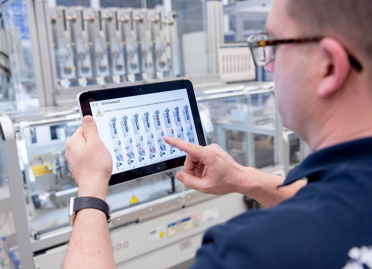 A stuttgarti Bosch üzemben egy munkatárs tabletet használ a termelés elemzésére.