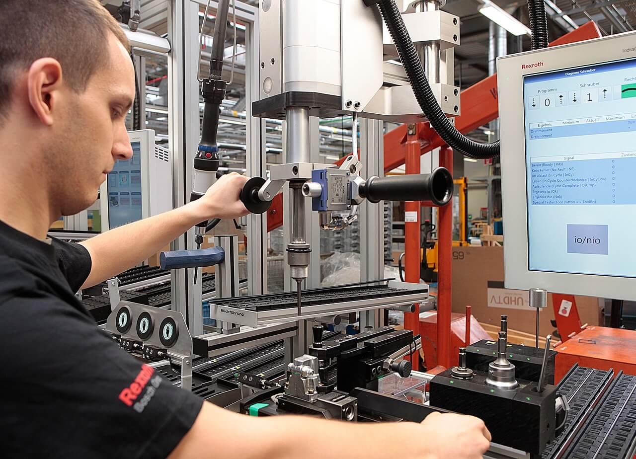 A Bosch Rexroth homburgi üzemében hálózatba kapcsolt monitorokon kapnak utasítást a munkatársak a munkafázisok elvégzésére