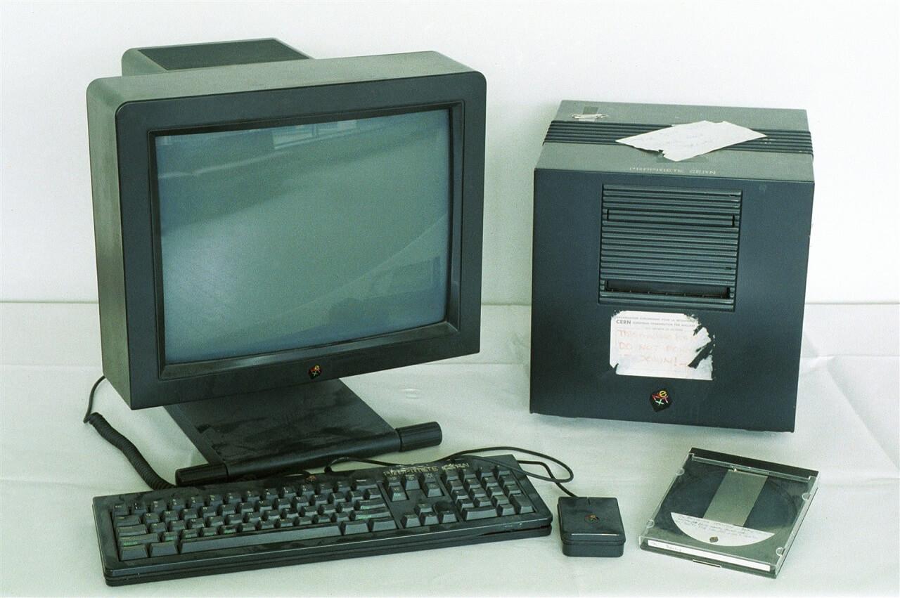 A világ legelső webszervere. Ezt a gépet Tim Berners-Lee 1990-ben használta az első web szerver, multimédiás böngésző és webszerkesztő fejlesztésére valamint futtatására.