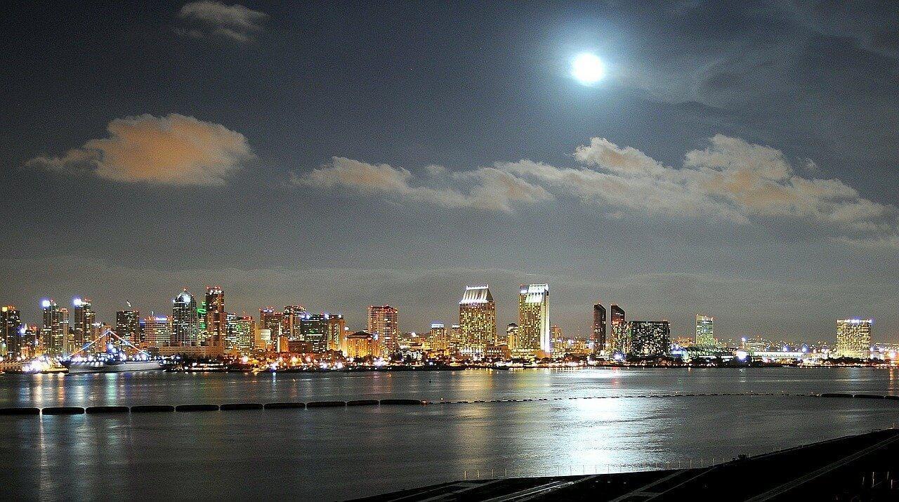 Okosvilágítás, levegőminőség-mérés és napelemes töltőállomások San Diegóban