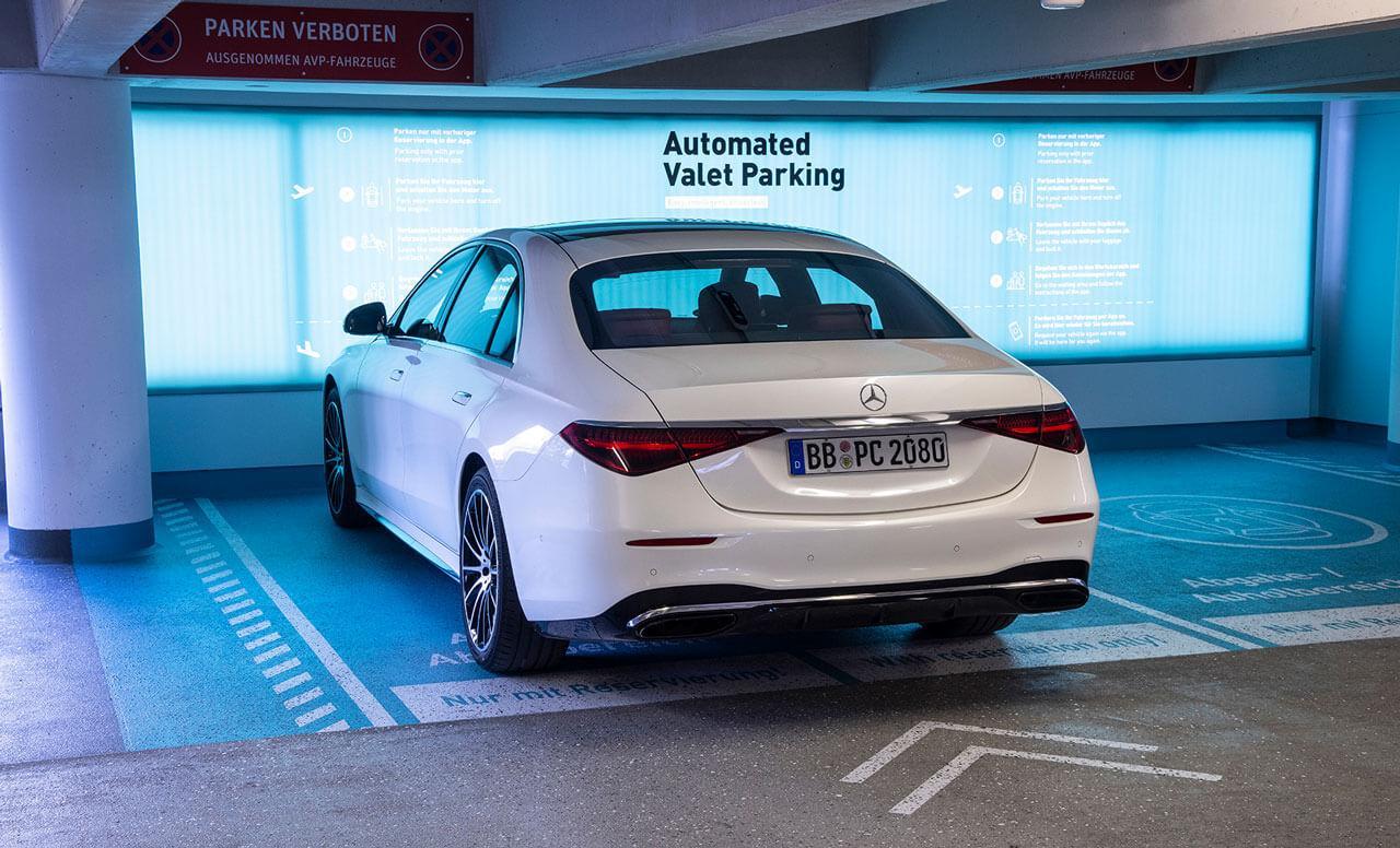 Miért jó, ha maguktól parkolnak az autók?