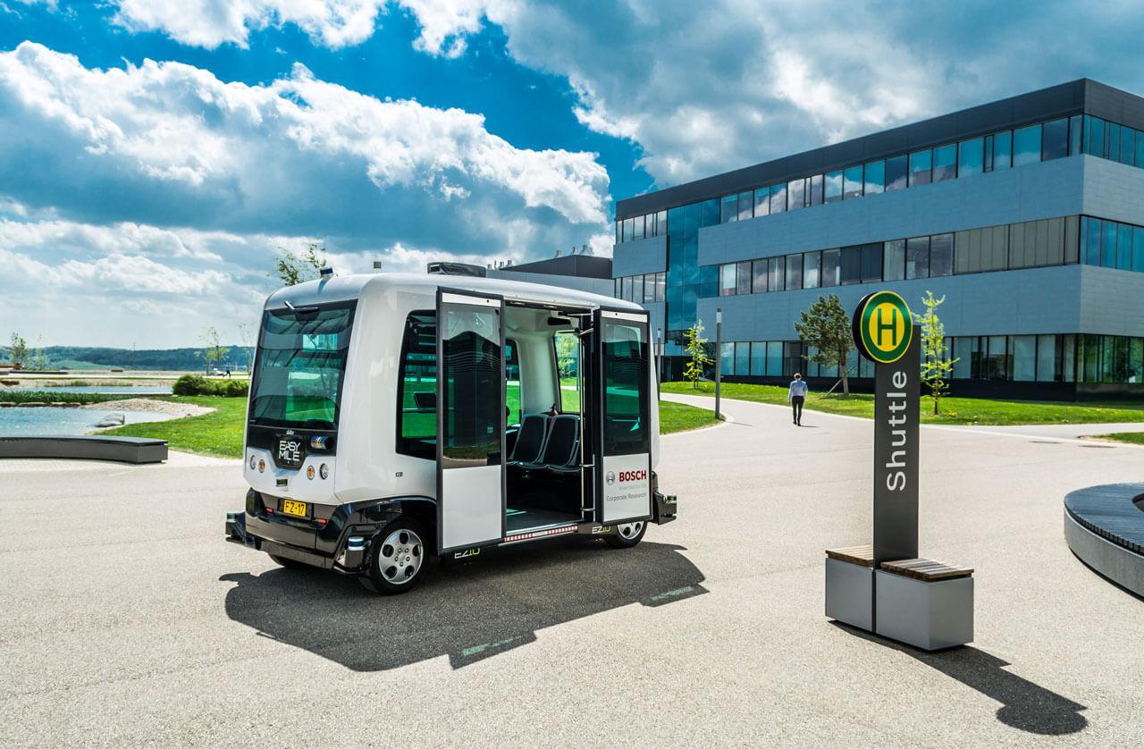 A Bosch már jelenleg is használ saját telephelyein úgynevezett önvezető shuttle buszokat, ezek testvérei akár a belvárosokban is megjelenhetnek hamarosan