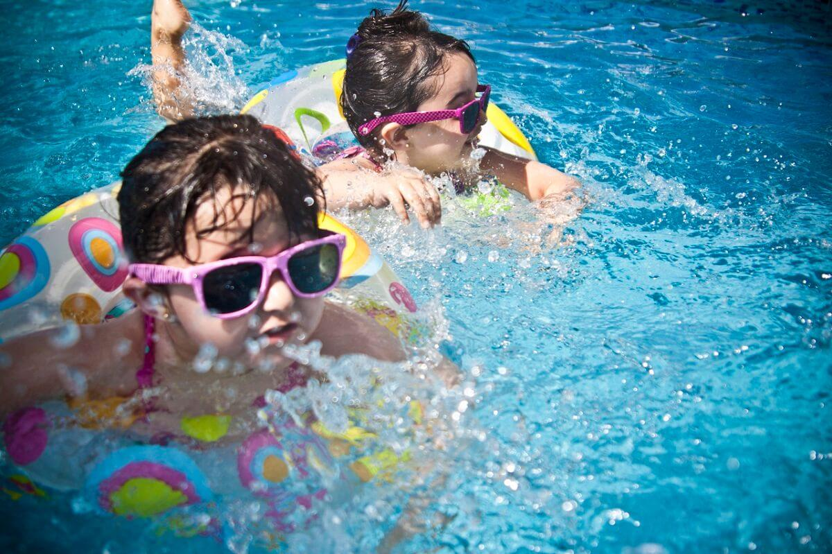 Okosodó medencék, gyerekvédő karkötők