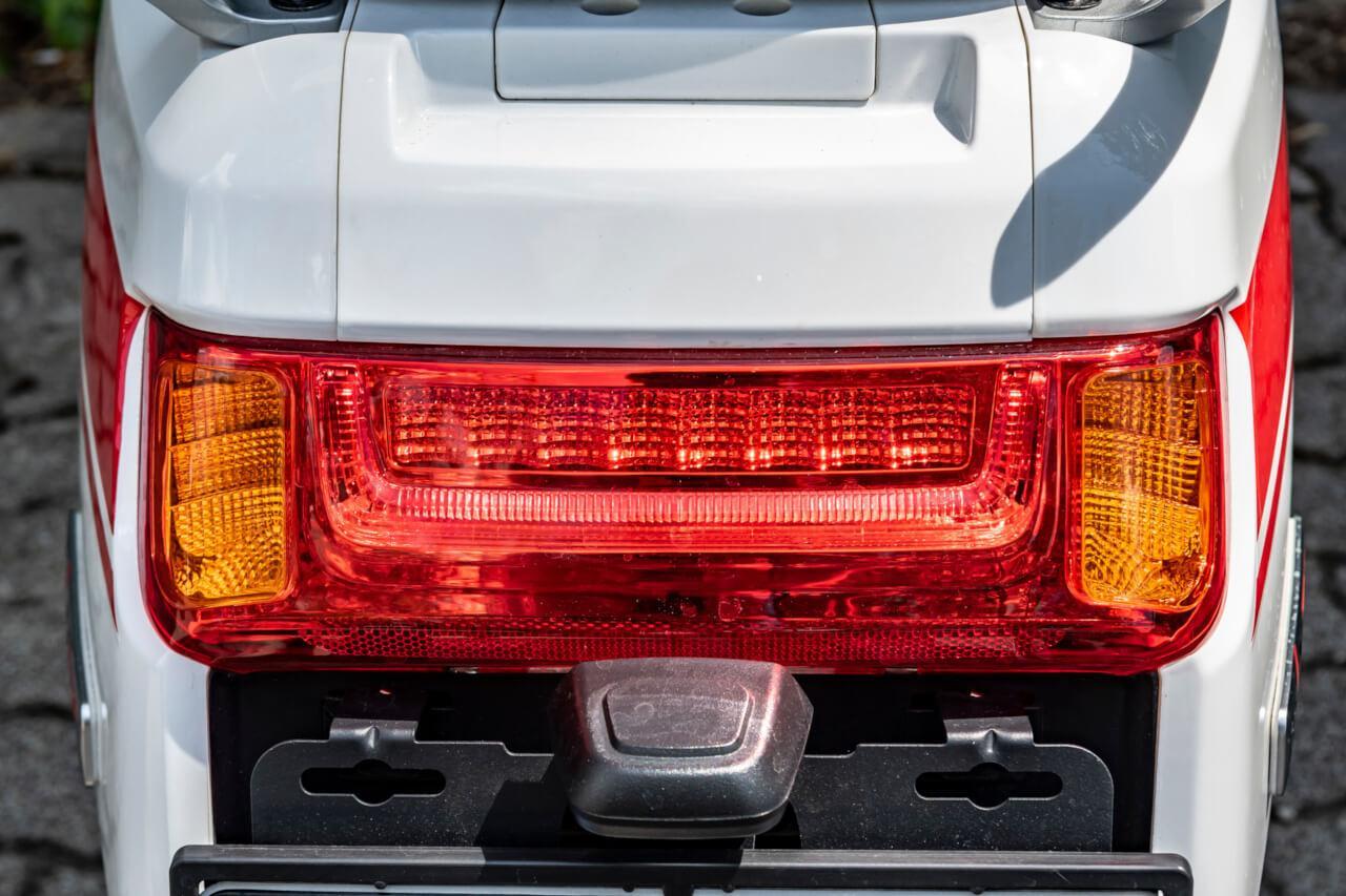 Természtesen minden fényforrás LED-technikájú, elöl még nappali menetfényt is találunk. Az irányjelző pedig használat után a legtöbb esetben szépen kikapcsolja magát